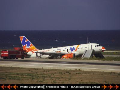 Airbus della Wind Jet fuori pista a Palermo (da CAps forum)