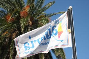 Bandiera dell'Albaria con fascia nera in segno di lutto