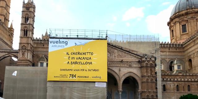 """Cartellone Vueling alla Cattedrale: """"Il chierichetto è in vacanza a Barcellona"""""""