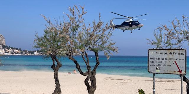Coronavirus, prende il sole a Mondello e viene allontanato dall'elicottero dei Carabinieri