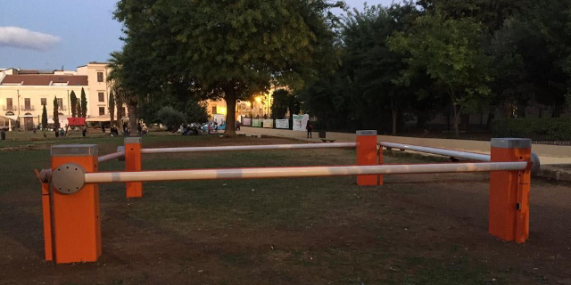Curiosità e polemiche per una installazione a piazza Magione