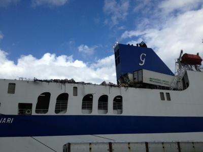 Maltempo a Palermo: dieci tir sono finiti in mare da un cargo