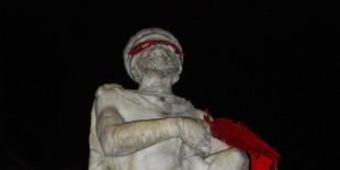Frillo maschera il Genio di Palermo con maschera scarlatta