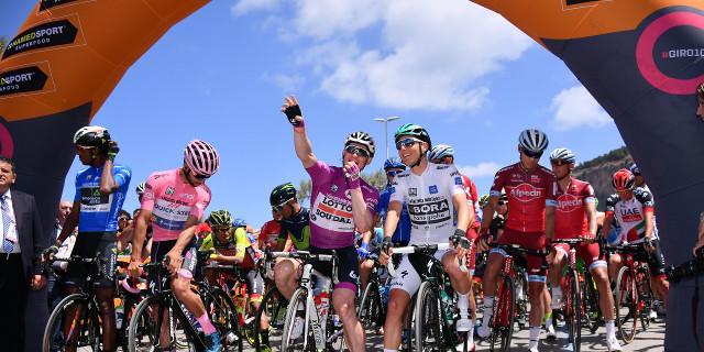 In corso la tappa del centesimo Giro d'Italia partita da Cefalù