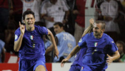 Fabio Grosso esulta dopo il gol dell'1-0 alla Germania