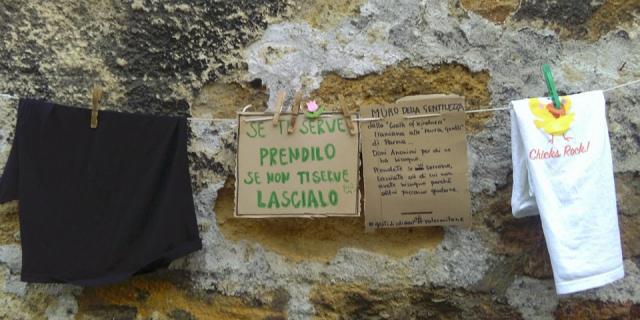 """In via del Celso un """"Muro della Gentilezza"""""""