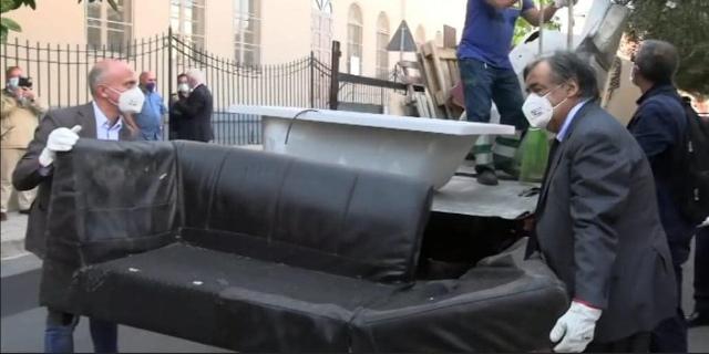 Orlando e Giambrone con altri volontari rimuovono ingombranti per strada