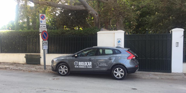 L'auto della Riolocar in divieto di sosta a Mondello
