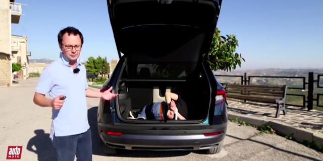Auto Moto recensisce la Skoda a Corleone con un uomo incaprettato nel bagagliaio
