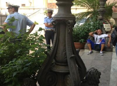 Uomo appisolato al Comune di Palermo