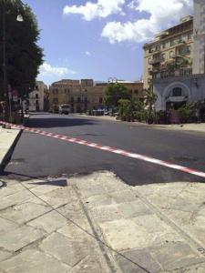 Polemiche per l'asfalto sul basolato a piazza Marina
