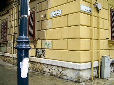 Assorbente sul palo tra via XX settembre e via Catania