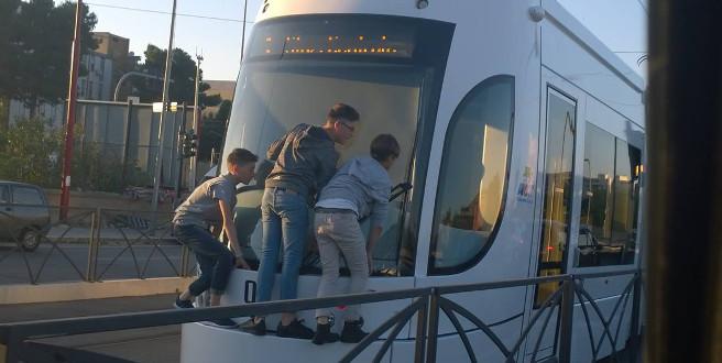 """Tre ragazzini """"attaccati"""" al tram, la foto su facebook"""