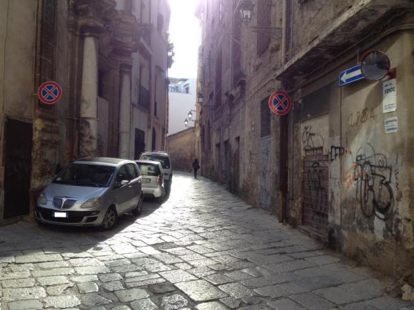 L'auto dell'assessore alla Panormosaurità Catania in divieto di sosta e fermata