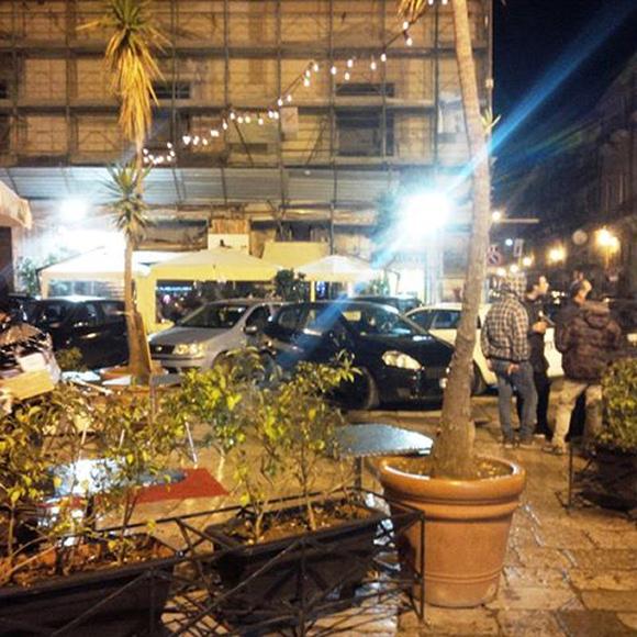 Piazza Rivoluzione, area pedonale sistematicamente violata
