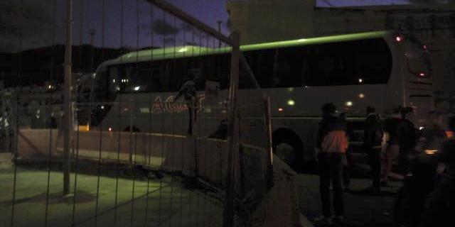 Autobus di turisti si incastra nel ponte Bailey e blocca il traffico per due ore