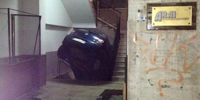 """Auto """"sfonda"""" portineria e finisce nelle scale in via Turrisi"""