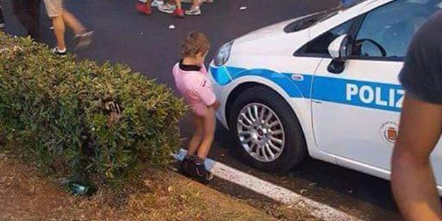 Bimbo fa pipì sull'auto dei vigili urbani, la foto è virale