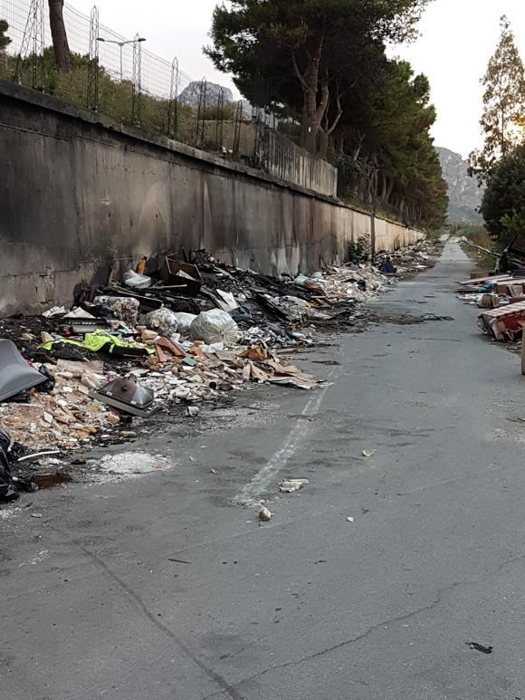 La bretella autostradale a Brancaccio è diventata una megadiscarica