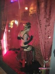 Sabato hot in corso Vittorio Emanuele: burlesque in vetrina al sexy shop