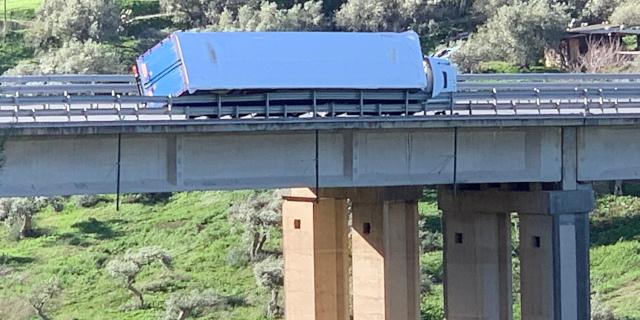 Forte vento, camion si ribalta sul cavalcavia a Termini Imerese