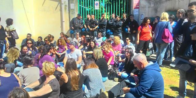 Scontro sullo sgombero del canile, animalisti in protesta e la Regione stoppa