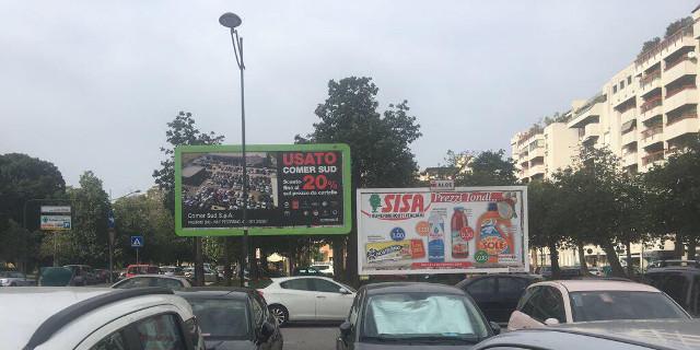 Spuntano due cartelloni pubblicitari a Villa Sperlinga, proteste