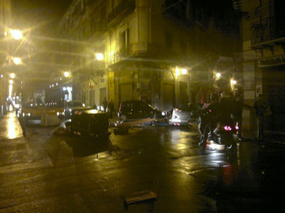 Nuovo blitz e sigilli in via Chiavettieri, cassonetti rovesciati