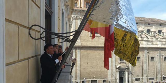 """Esposta a Palazzo delle Aquile """"bandiera"""" fatta con una coperta termica"""