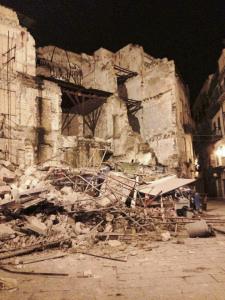 Crolla una palazzina alla Vucciria, chiusa piazza Garraffello