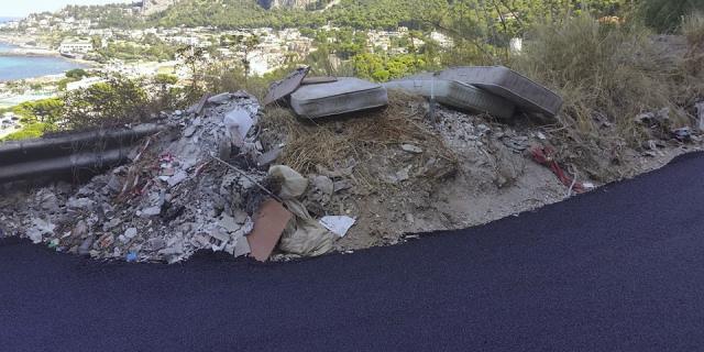Asfaltata piazzola in via Monte Ercta, la discarica rimane al suo posto
