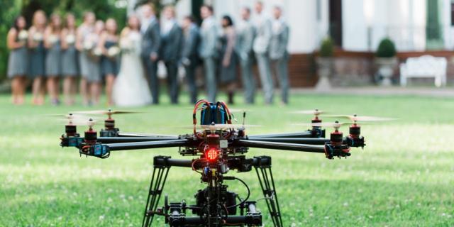 Drone usato per fotografare un matrimonio colpisce lo sposo