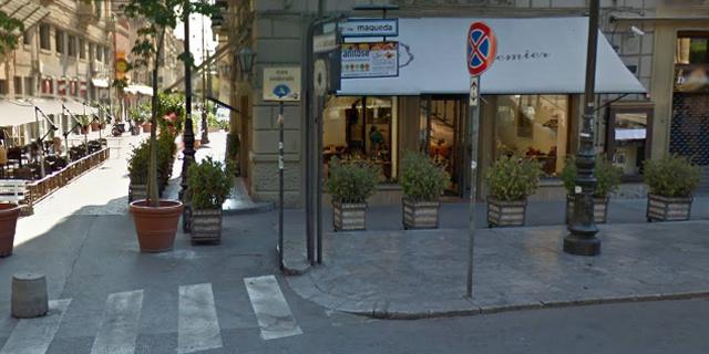 riere di fronte al Teatro Massimo, protesta del commerciante