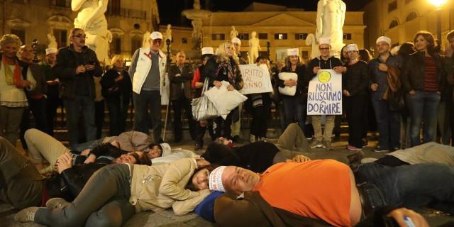 """Flash mob a piazza Pretoria dei residenti contro la movida: """"Orlando facci dormire"""""""