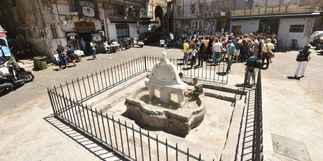 Restaurata la fontana di piazza Garraffello, i bambini ci nuotano dentro