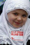 Bambina con l'hijab