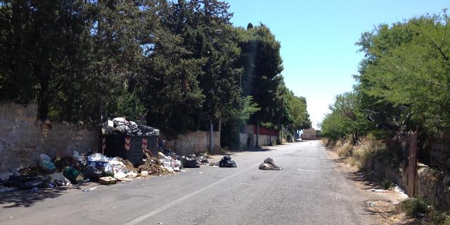 Immondizia e turisti nella salita per Monte Pellegrino