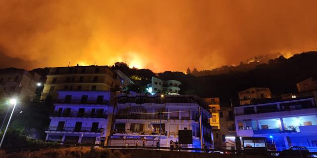 Vasto incendio ad Altofonte, abitazioni evacuate
