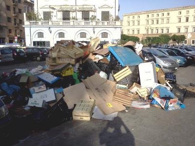 Isola pedonale o discarica a piazza Marina
