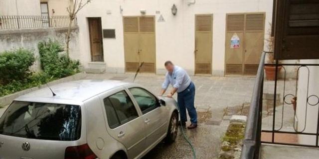 Portiere lava l'auto di un dirigente all'Assessorato alla Cultura