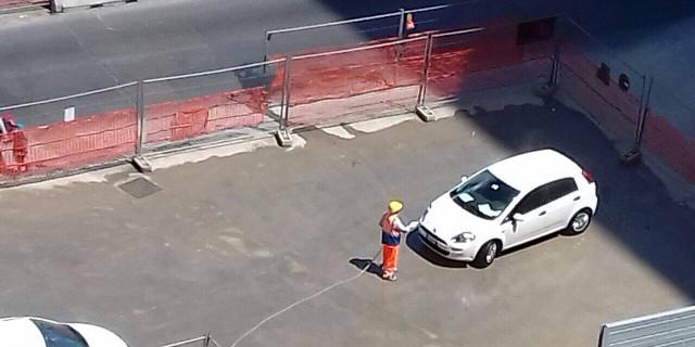 Cantiere in via Crispi, l'operaio lava l'auto