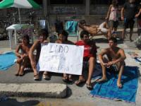 Studenti in costume per protesta a Lettere e Filosofia