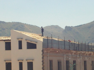 L'uomo sul tetto che scotta