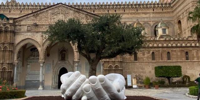 Le mani di Lorenzo Quinn sul sagrato della Cattedrale
