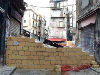 Ancora danneggiamenti per i muri di piazza Garraffello