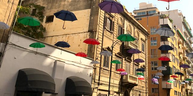 Gli ombrelli appesi in via Daita