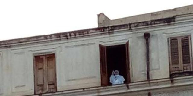 A piazza Pretoria papa Francesco benedice da una finestra, ma è una sagoma
