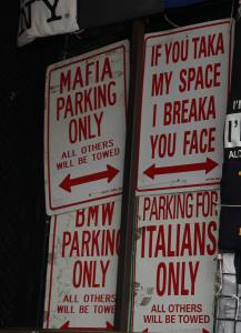 Cartelli sul parcheggio a Little Italy