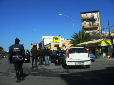 Blitz a piazza Mandorle