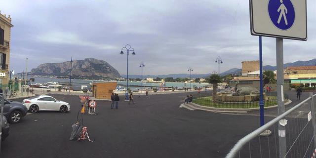 Asfalto nero bollente in piazza a Mondelloo